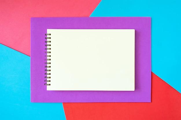 明るい背景に白いメモ帳と最小、ポップアート、抽象的な、鮮やかなモックアップ Premium写真