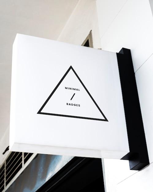 Distintivo triangolare minimo su un mockup di segno bianco Foto Gratuite