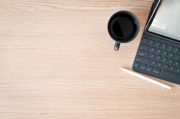 Minimal workspace tablet, smart keyboard and copy space Premium Photo
