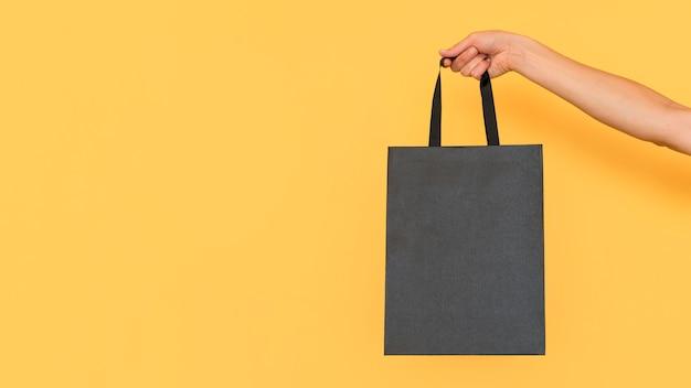 ミニマリストの黒いショッピングバッグコピースペース Premium写真