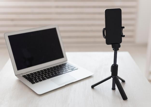 Laptop e smartphone da ufficio minimalisti Foto Gratuite
