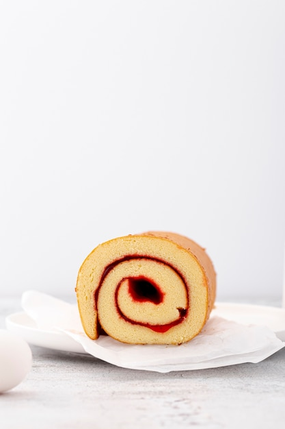 Minimalist rolls with jam and copy space Free Photo