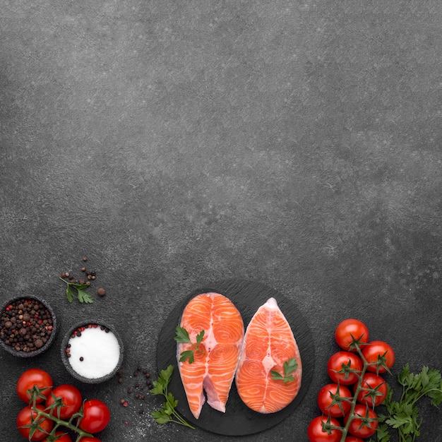 シンプルなサーモン料理とトマトフラットレイアウト Premium写真