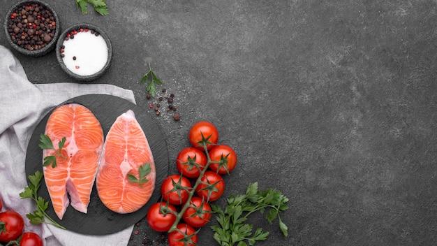 シンプルなサーモン料理とトマトのトップビュー Premium写真