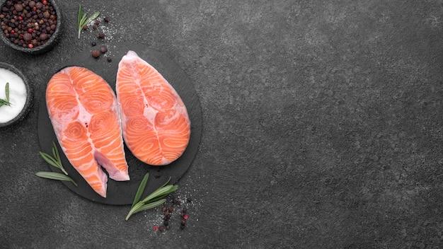 シンプルなサーモン料理のトップビュー Premium写真