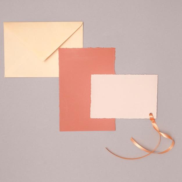 Minimalist wedding arrangement with invitations Free Photo