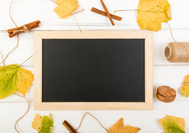 Minimalistic frame surrounded by leaves with mock-up Free Photo