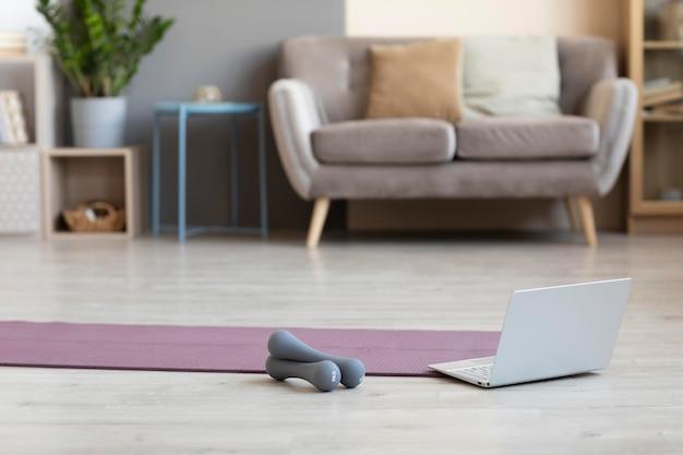 Минималистичный дизайн интерьера с ковриком для йоги на полу Бесплатные Фотографии