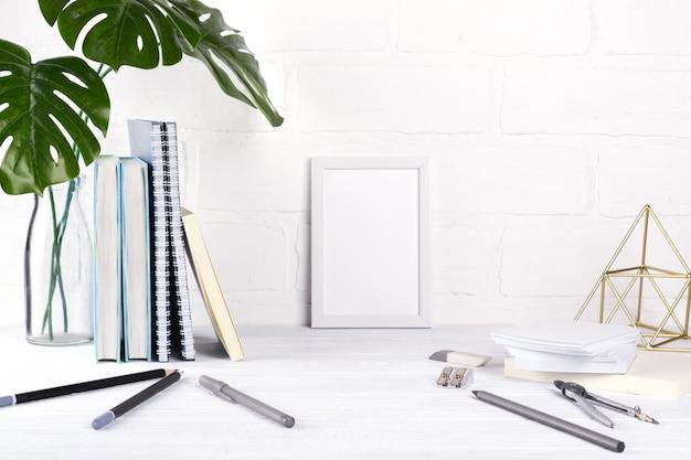 Минималистичное школьное или офисное рабочее пространство Premium Фотографии