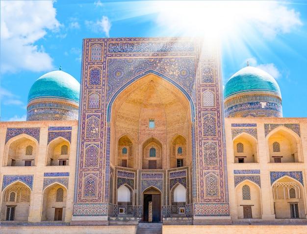 Mir-i arab madrassah。ウズベキスタン、ブハラのミリアラブマドラサのビュー Premium写真