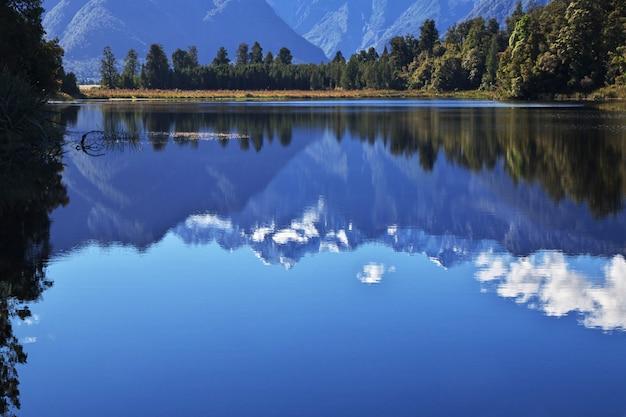 Mirror lake on south island, new zealand Premium Photo