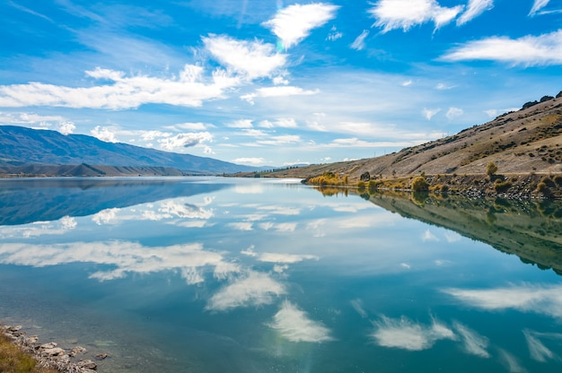 Размышления в mirror lakes, новая зеландия, южный остров Premium Фотографии