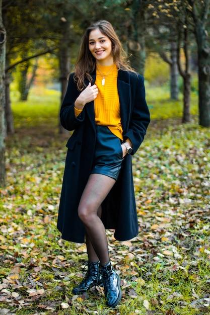 黄色とコートを着た森のミス Premium写真