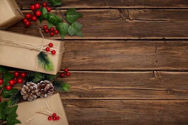 素朴な木製のテーブルにヤドリギとクリスマスプレゼント 無料写真
