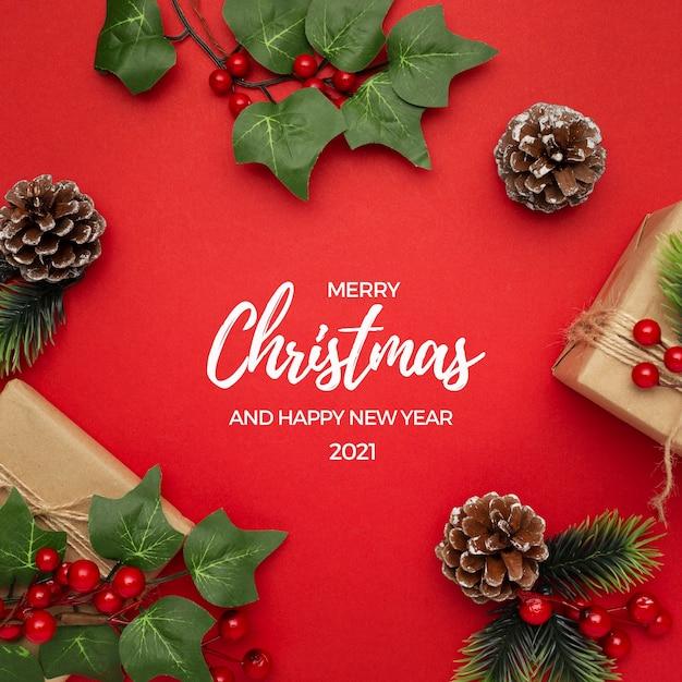 미 슬 토, 소나무 콘 및 빨간색 테이블 크리스마스 인사말에 선물 무료 사진
