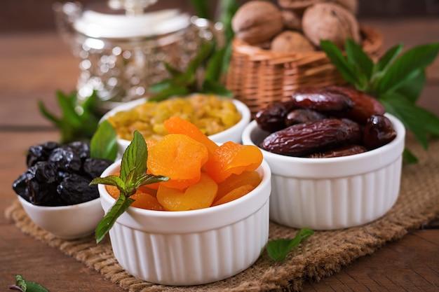 Mescolare frutta secca (frutti di palma da dattero, prugne secche, albicocche secche, uvetta) e noci. ramadan (ramazan) cibo. Foto Gratuite