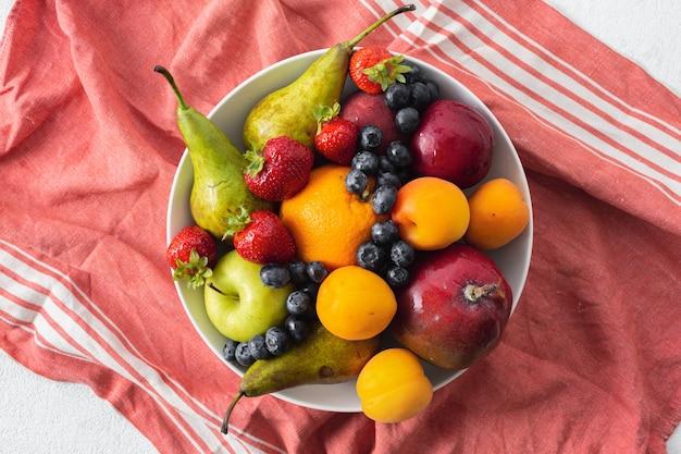 Тарелка с фруктами, вид сверху | Премиум Фото