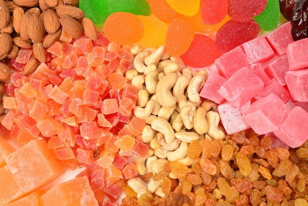 Смесь орехов и сухофруктов и сладких луковиц фона. Premium Фотографии