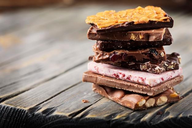 木製のテーブル、セレクティブフォーカスに甘いスイスチョコレートのミックス Premium写真