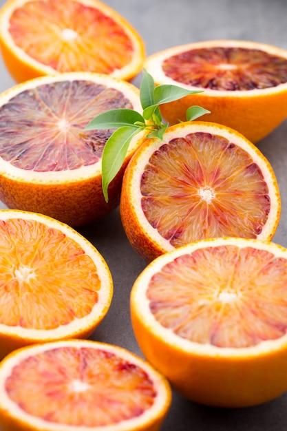 Смесь цитрусовых апельсина, инжира, лайма на сером. Premium Фотографии