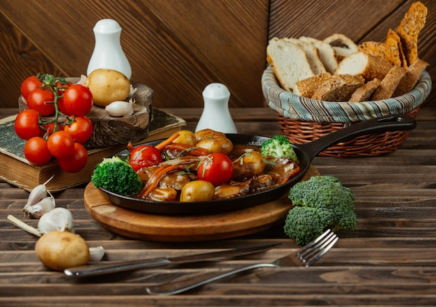 Mixed foods grilled in a black metallic pan Free Photo
