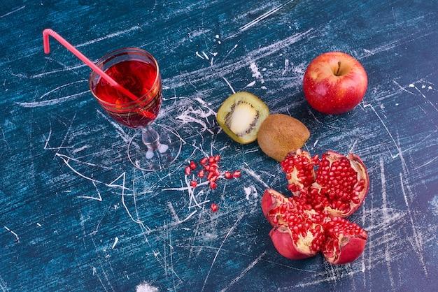Смешанные фрукты и стакан сока, вид сверху. Бесплатные Фотографии