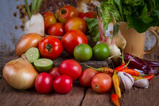 古い木製のテーブル背景に混合された果物と野菜 Premium写真