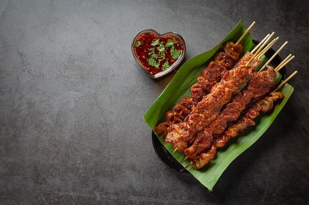 맛을 낸 말라, 사천 고추, 중국 향신료를 곁들인 혼합 그릴. 무료 사진