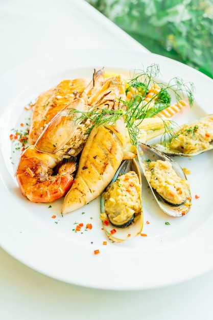 Mixed grilled seafood steak with salmon prawn Free Photo