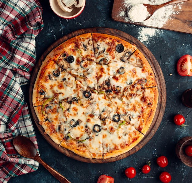 Mixed pizza with olive, bell pepper, tomato Free Photo