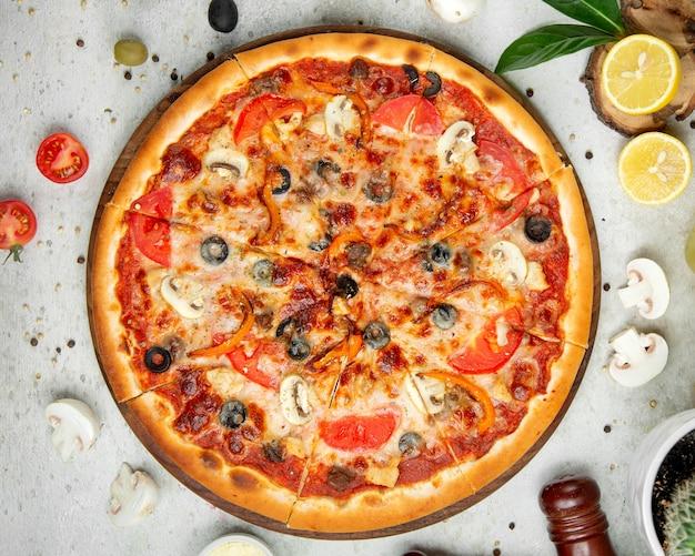 Mixed pizza with sliced lemon Free Photo