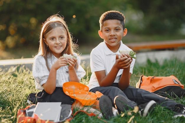 公園にいる少女と混血の少年 無料写真