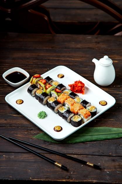 Rotoli di sushi misti sul piatto Foto Gratuite