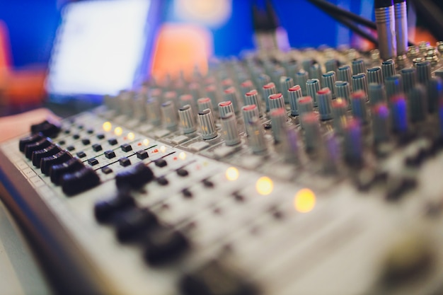 Микшерный пульт для звукорежиссера. музыка. звук. звуковой контроллер. режиссерский пульт. Premium Фотографии