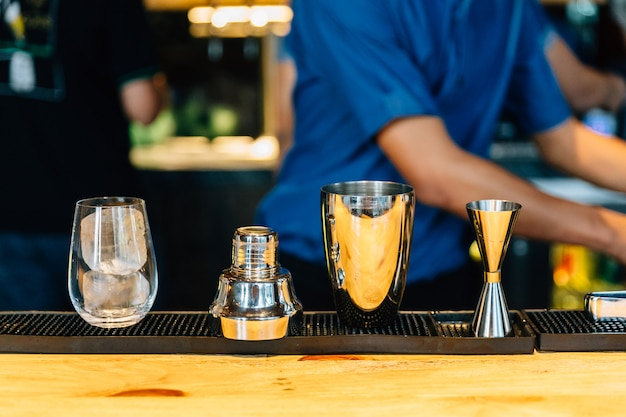 Mixologist making cocktail with shaker Premium Photo