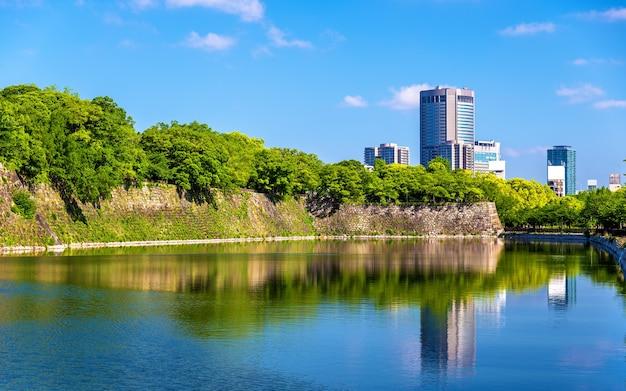 Ров замка осаки в осаке, япония Premium Фотографии