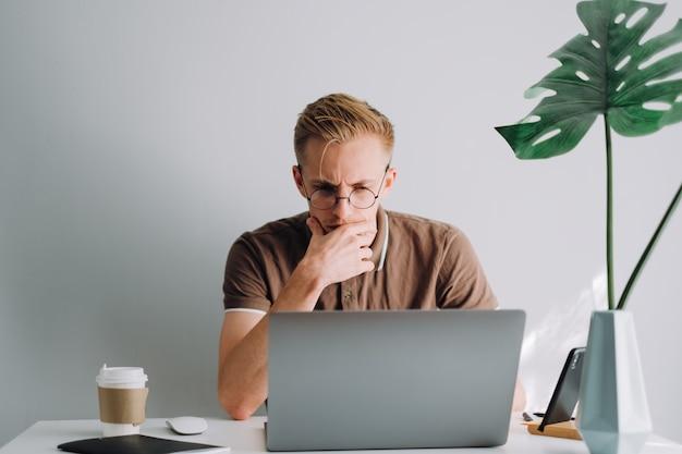 Программист мобильного разработчика пишет программный код на портативном компьютере в домашнем офисе Premium Фотографии