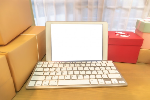 Mobile phone and packing brown parcels box at home office. hands seller prepare product ready for deliver to customer. online selling, e-commerce start up shipping concept. Premium Photo