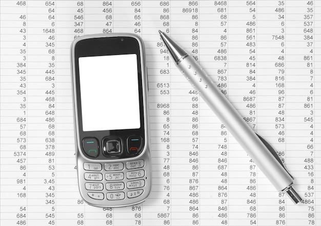 紙に携帯電話とペン Premium写真