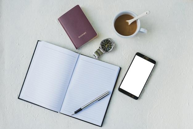カレンダーの本、コーヒー、時計、薬とmoblieの概念を持つオフィスの職場。フラットレイ Premium写真