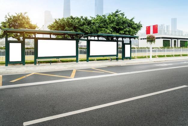 Макет billboard light box на улице уличного автобуса shelter sign Premium Фотографии