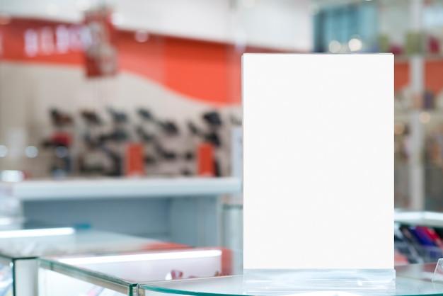 카운터에 서있는 빌보드를 모의 무료 사진