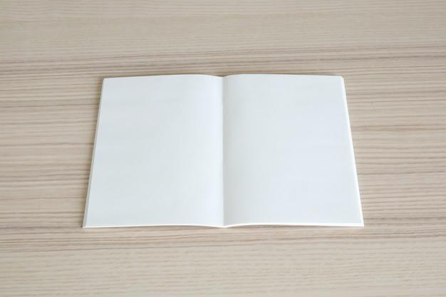 나무 테이블 배경에 빈 오픈 종이 책을 모의 프리미엄 사진