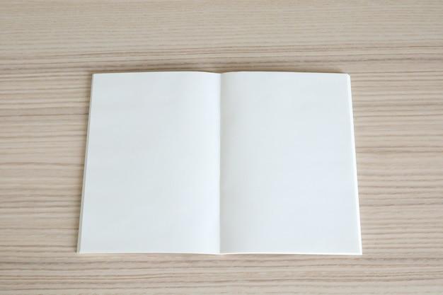나무 테이블에 빈 오픈 종이 책을 모의 프리미엄 사진