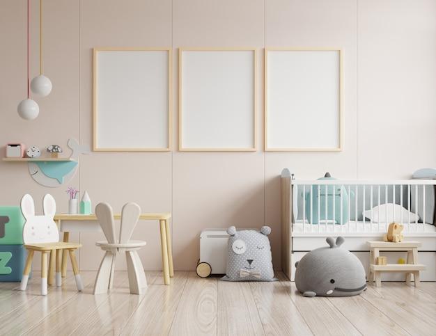 아이 방 내부의 포스터, 빈 크림색 벽에 포스터 모의 프리미엄 사진