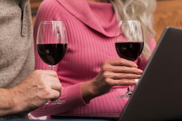 Mock-up senior couple drinking wine Free Photo