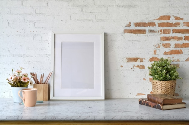 Mockup blank poster with house plant over white brick wall. Premium Photo