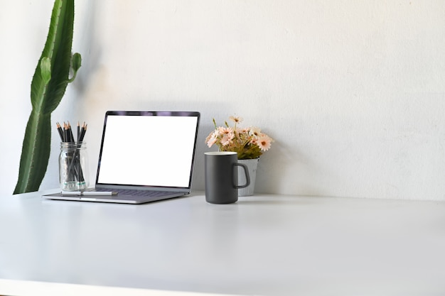 Mockup blank screen laptop on table Premium Photo