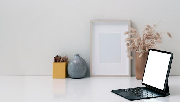 흰색 상단 테이블에 마법의 키보드 모형 빈 화면 태블릿. 프리미엄 사진