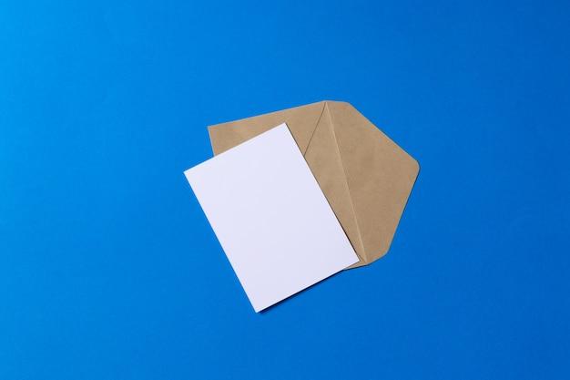 빈 흰색 카드 이랑 갈색 크 라프 트 봉투 문서 프리미엄 사진